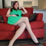 mlada zavodnica voli spermu na svojim nogama