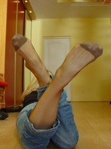 skromna opuštena cura voli svoja stopala